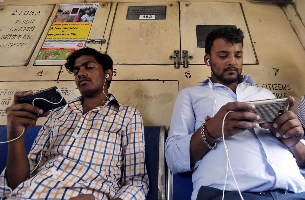 Mobiles Mumbai Train
